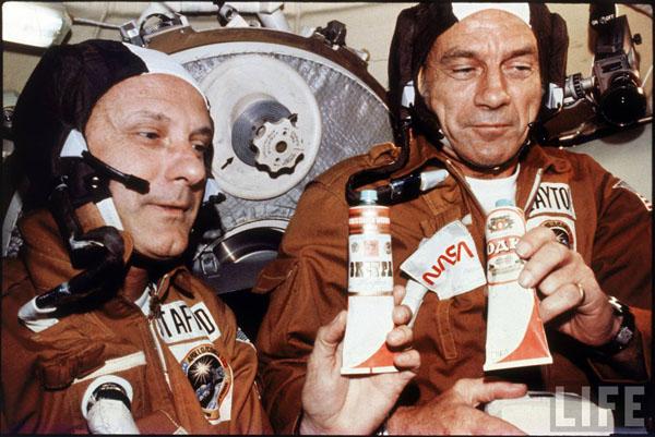 Apollo_soyuz_vodka_rations_1975